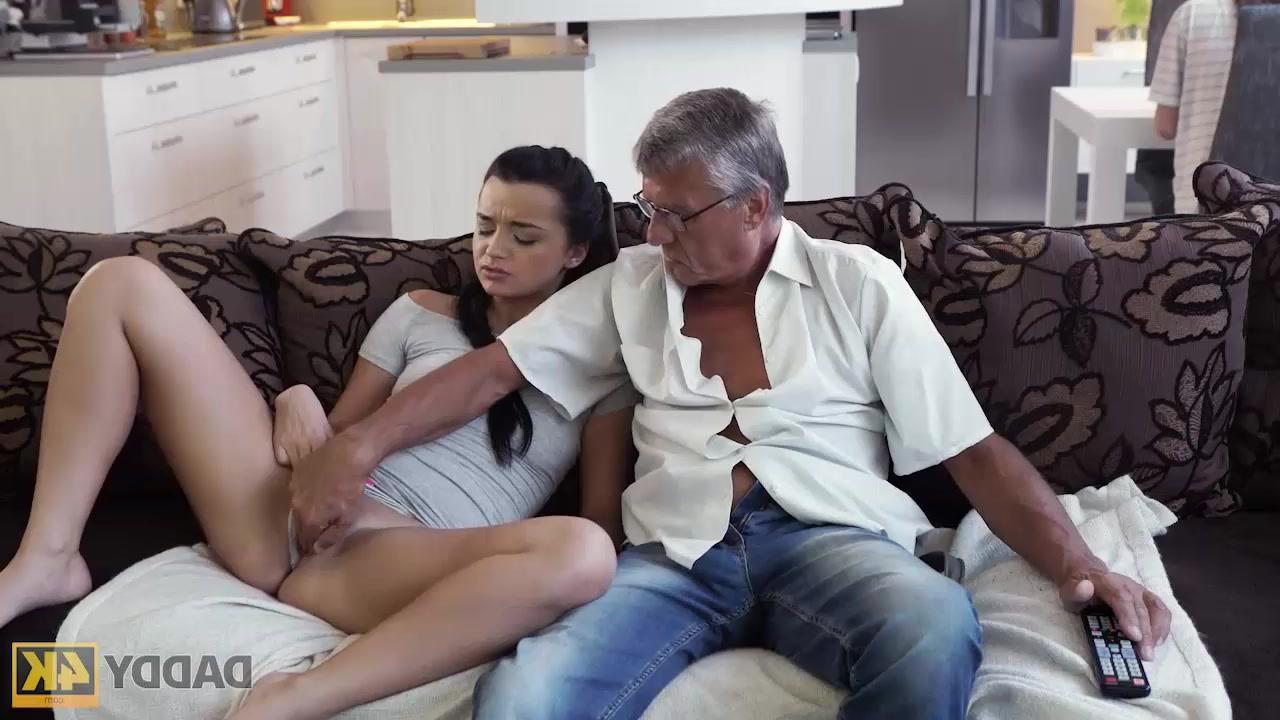 Femme de 18 ans pompe la verge du vieillard