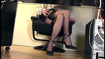 Une salope de secrétaire en mini-jupe avec une petite culotte transparente